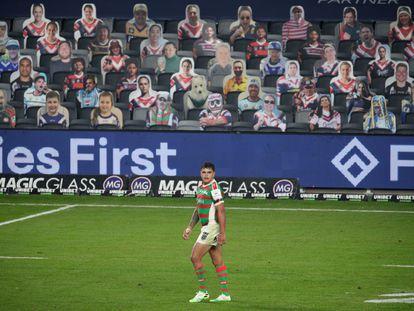 Latrell Mitchell durante un partido de la Liga Nacional de Rugby (NRL) entre South Sydney Rabbitohs y Sydney Roosters, con imágenes de aficionados en la grada
