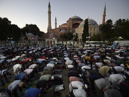 Plegaria musulmana, el viernes, ante Santa Sofía, en Estambul.