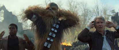 De izquierda a derecha, Finn (John Boyega), Chewbacca (Peter Mayhew), y Han Solo (Harrison Ford), en un fotograma del filme.