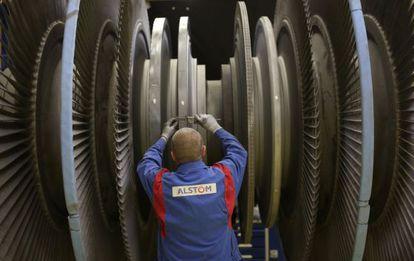 Un empleado trabaja en una turbina, en Rugby.