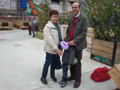 Antonio Pérez y Margarita López, maestros jubilados, han venido de Guadalajara a Madrid a cuidar a su nieto Mateo durante la huelga.