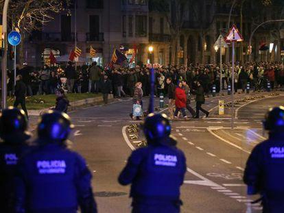 Despliegue policial durante la manifestación por la desobediencia en Barcelona.