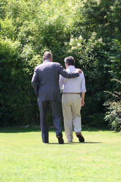 El Rey pasea con el expresidente Adolfo Suárez.