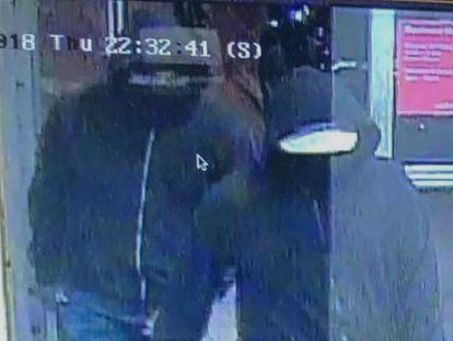 Imagen de los dos sospechosos de colocar una bomba en un restaurante de Mississauga (Canadá) facilitada por la Policia.