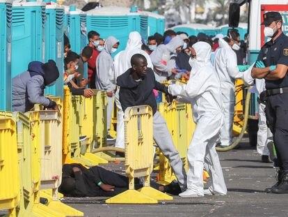 Salvamento Marítimo rescata a 284 ocupantes magrebíes (uno de ellos muerto) de 10 pateras en Gran Canaria, el 25 de noviembre.