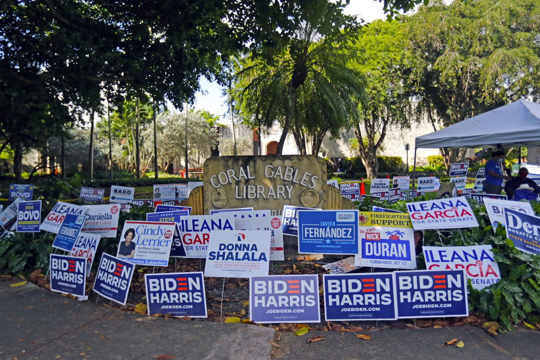 Carteles de campaña fuera de la Coral Gables Library en el último día de voto anticipado en Miami, el 1 de noviembre.