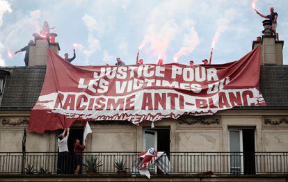 Miembros del grupo ultra Génération Identitaire despliegan una pancarta en la plaza de la República, en París, el pasado junio.