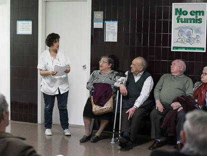 Pacientes en la sala de espera del ambulatorio de La Mina