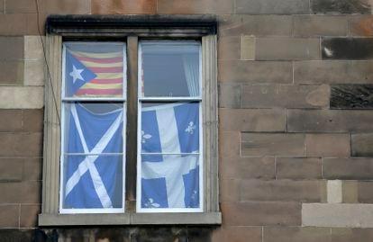 Una casa en Edimburgo muestra las banderas escocesa y catalana días antes del referéndum de 2014. REUTERS/Russell Cheyne