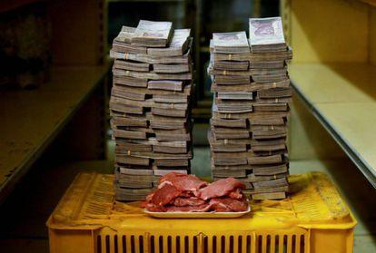 Un kilogramo de carne junto a 9.500.000 bolívares, su precio equivalente a 1,45 dólares en un mercado de Caracas.