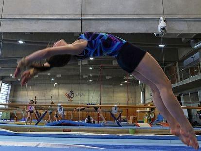 Unas gimnastas se entrenan en el Centro de Alto Rendimiento de Madrid.