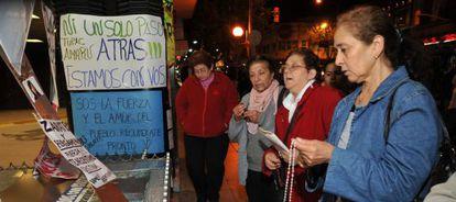 Partidarios de la presidenta se concentran a las puertas del hospital Favaloro, en Buenos Aires.