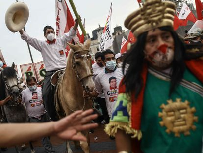 El candidato presidencial de Perú Pedro Castillo monta a caballo en el cierre de campaña, el 8 de abril.