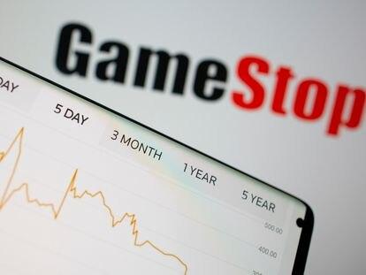 Gráfico de acciones de GameStop ante el logotipo de la empresa.