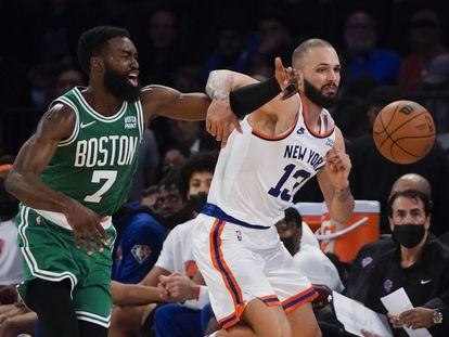 Jaylen Brown y Evan Fournier luchan por un balón durante el partido entre los Knicks y los Celtics.