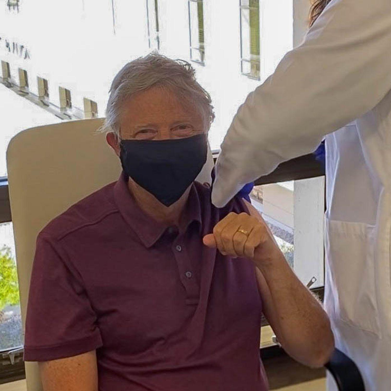 Bill Gates recibe la primera dosis de la vacuna contra el coronavirus. Imagen colgada por él mismo en su cuenta de Twitter el 22 de enero.