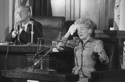 Lana Turner testificando en el juicio por el asesinato de su pareja, el mafioso Johnny Stompanato en 1958.