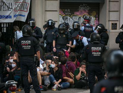 Mossos d'Esquadra sacando a decenas de activistas que intentaban paralizar un desahucio en la calle Corsega, de Barcelona.