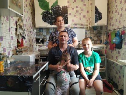 Kristina e Ivan Somaev junto a sus hijos Vika y Denis, en su casa de Yakutsk.