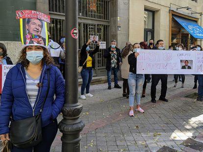 Colombianos frente a Embajada de Colombia en Madrid protestan por el posible nombramiento del exfiscal Néstor Humberto Martínez.