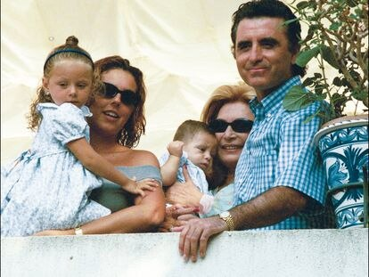 Rocío Jurado, con su hija Rocío Carrasco, sus nietos Rocío y David Flores, y su marido, el torero José Ortega Cano, en 1999.