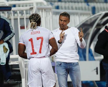 Luis Enrique da instrucciones a Adama Traoré en el partido contra Kosovo.