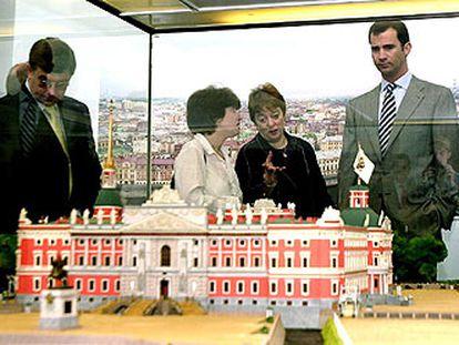 El Príncipe observa una maqueta del castillo de San Miguel, ayer, durante su visita a San Petersburgo.
