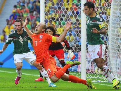 Robben cae derribado por Márquez en la acción que fue sancionada con penalti por el árbitro