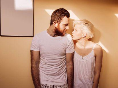 """""""Hay parejas que solo llevan unos meses saliendo, pero la monogamia les resulta rutinaria y necesitan abrir la relación para avivar la llama"""", dice la sexóloga Ruth González."""