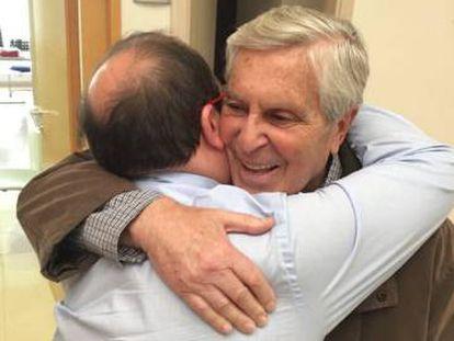 Iceta y Villarejo se abrazan.