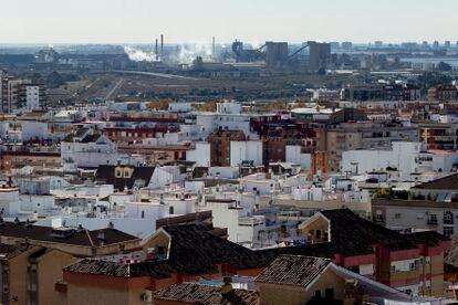 Vista de la ciudad de Huelva, con su polo químico en segundo plano.