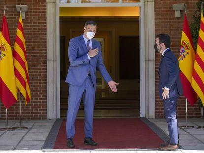 El presidente del Gobierno, Pedro Sánchez, saluda al presidente de la Generalitat, Pere Aragonès, en el palacio de la Moncloa este martes.