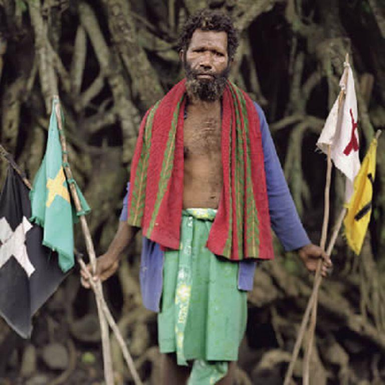 El jefe Fred con las banderas de su región.