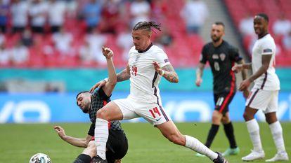 Kalvin Phillips lucha con Mateo Kovacic en el Inglaterra-Croacia del domingo en Wembley.