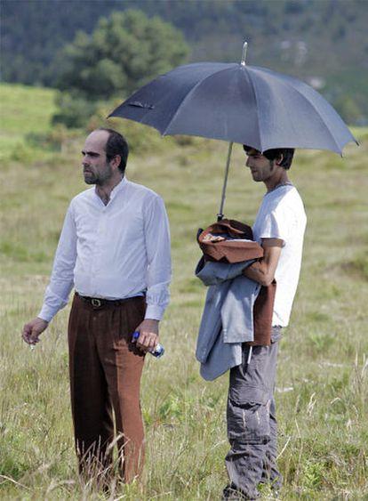 Luis Tosar, a la izquierda, durante el rodaje del documental en la Serra da Groba (Tomiño).