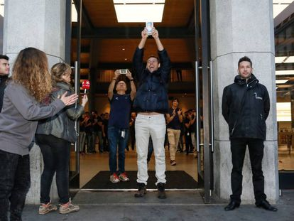 Enrique Ruiz, el primer cliente en conseguir un iPhone X en la tienda de Apple en Sol.