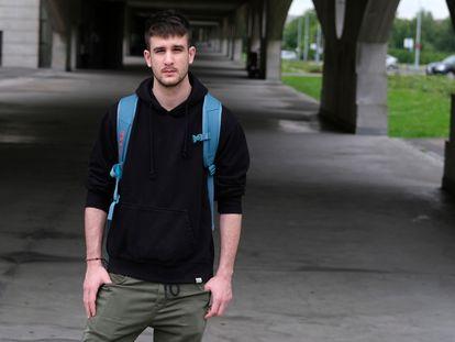 Miguel Mallo, estudiante de Ingeniería Electrónica, en el campus de la Universidad de Gijón.