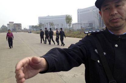 Un policía, a las puertas de un tribunal en Xinyu, Jiangxi, en octubre de 2013