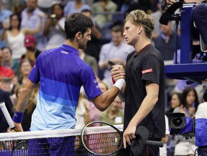 Djokovic y Brooksby se saludan en la red tras el partido de octavos en la central de Nueva York.