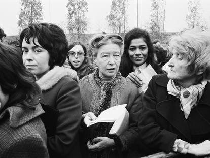 La filósofa y feminista Simone de Beauvoir en una manifestación a favor del aborto.