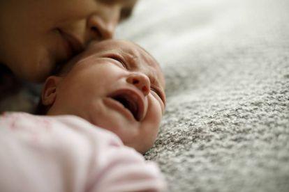 Un bebé enfermo llora.