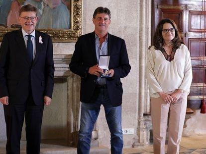 Ximo Puig, Mario Alberto Kempes y Mónica Oltra, el pasado martes en el Palau de la Generalitat tras recibir la distinción.