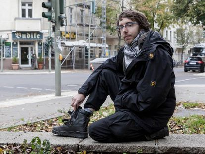 Falk Isernhagen, exneonazi miembro de una red de desradicalización de jóvenes ultras, posa en una calle de Berlín.