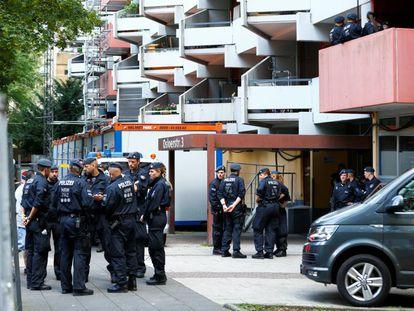 La policía espera afuera del piso del tunecino Sief Allah H., en Colonia el pasado 15 de junio.