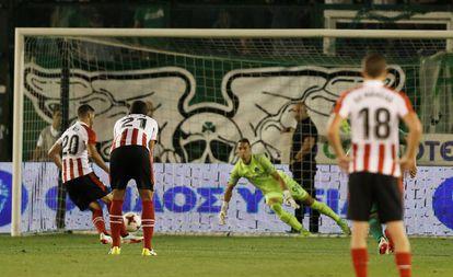 Aduriz transforma en penalti a lo Panenka ante el Panathinaikos .