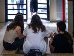 VALENCIA. 24-6-21Alumnos del instituto público Berenguer Dalmau, de Catarroja, donde se ha empezado a aplicar el nuevo sistema de promoción y titulación, en el que las decisiones no están vinculadas únicamente al número de asignaturas suspendidas.En la imagen los alumnos el último día del curso.FOTO: MÒNICA TORRES/EL PAíS.