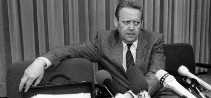 Günter Schabowski, portavoz del partido comunista de la RDA, durante una conferencia de prensa.
