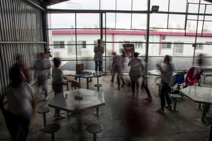 Mujeres presas realizan una dinámica de movimiento en las instalaciones del Centro de Reinserción Femenil.