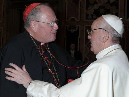 El Papa saluda al cardenal estadounidense Dolan este viernes.