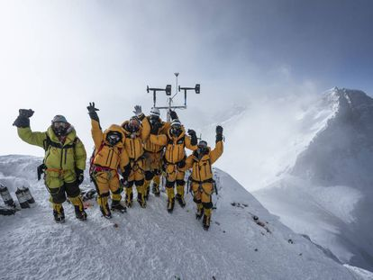La expedición científica de National Geographic y Rolex después de instalar una de las estaciónes metereológicas del Everest.  ©National Geographic